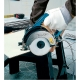 Cortador de diamante con agua Makita 4101RH con disco de 125 mm cortando piedra