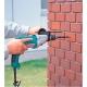 Taladro percutor Makita HP2050 720 W perforando en muro de ladrillo