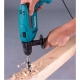 Taladro percutor Makita HP1641 680 W taladrando en liston de madera